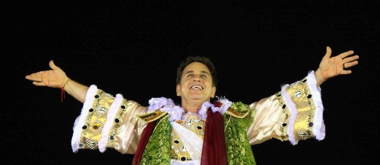 O ator Marcos Frota usou a fantasia do anjo transformador no desfile da Vai-Vai na madrugada deste sábado (9)
