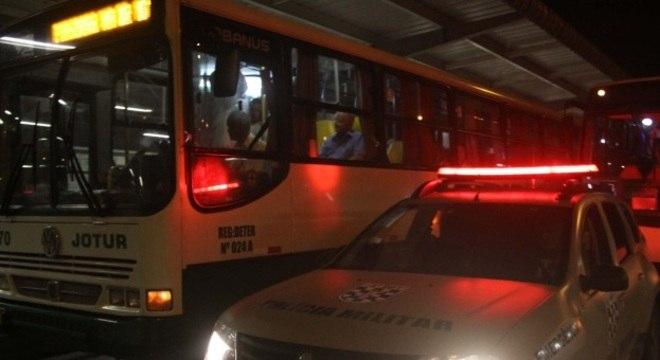 Ônibus são escoltados pela Polícia Militar por causa dos atentados dos últimos dias no Estado de SC