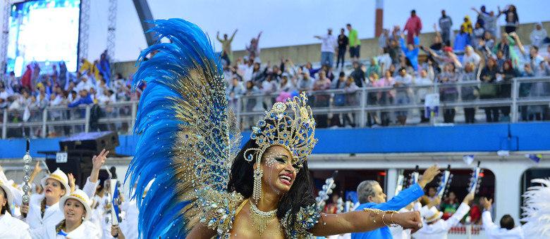 Cinthia Santos desfila pela Águia de Ouro como madrinha de bateria