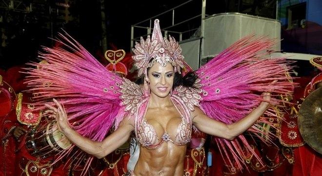 Gracyanne Barbosa chamou atenção na avenida na sexta-feira (8)