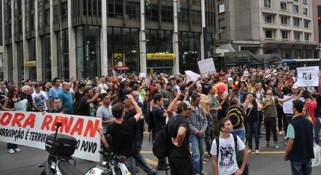 Ao menos 200 pessoas ocuparam avenida Paulista em protesto neste sábado