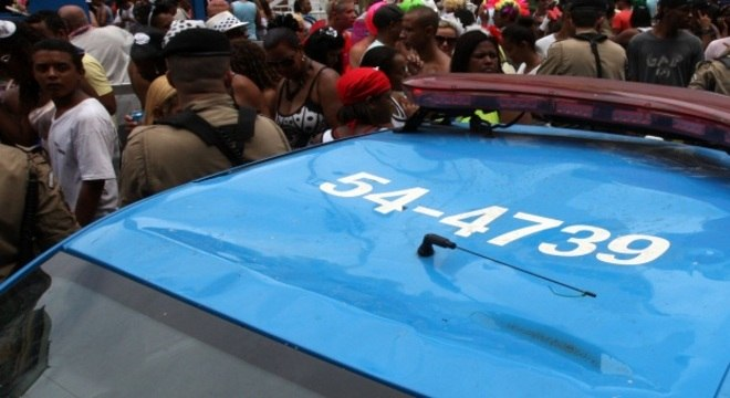 Carro da PM ficou com o teto amassado depois que foliões subiram no carro, no centro do Rio