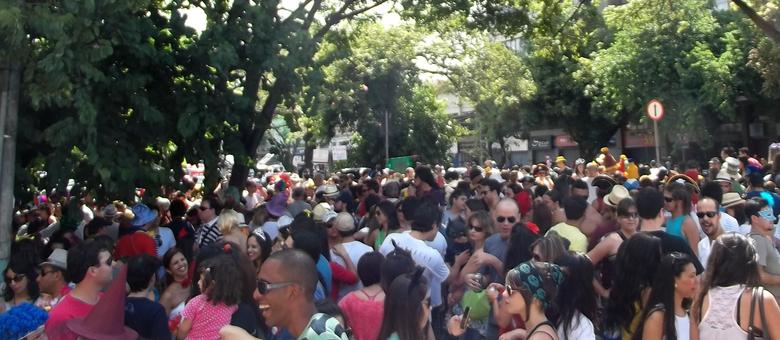 Foliões fazem a festa na avenida Brasil e fazem do bloco um dos mais procurados pelos foliões da capital mineira