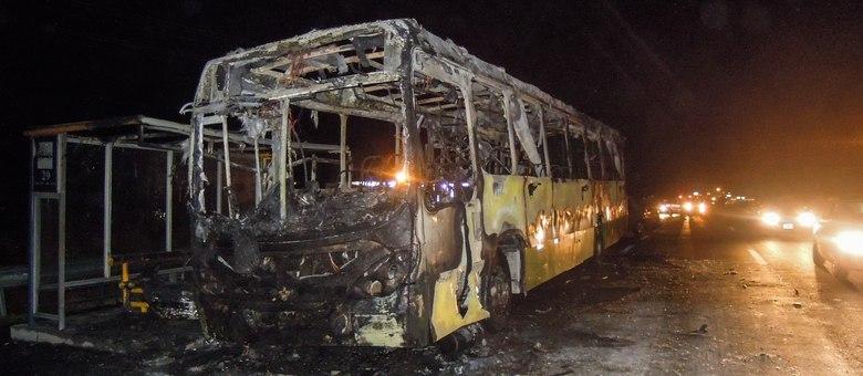Em Florianópolis, depois que um ônibus foi incendiado na terça-feira (5), os coletivos precisaram ser escoltados