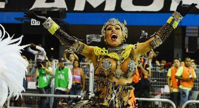 Tati Minerato, rainha de bateria da Gaviões da Fiel, desfilou com uma fantasia que simbolizava uma senhora de época