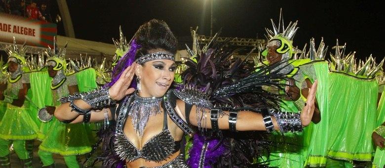 A rainha de bateria, Aline Oliveira, participa do desfile da Mocidade Alegre