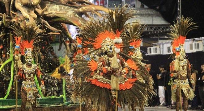 Os xamãs da Império de Casa Verde apresentaram um ritual de cura na comissão de frente