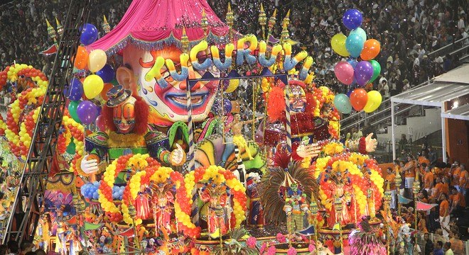 O circo da Acadêmicos do Tucuruvi coloriu a avenida na abertura do desfile