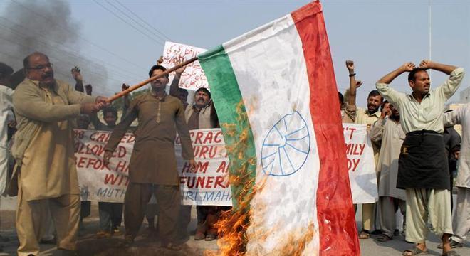 Manifestantes protestam pelo enforcamento do separatista Mohamed Afzal Guru