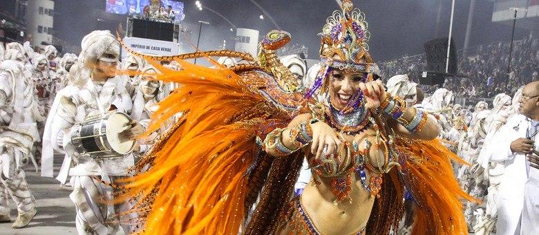 Andrea Andrade surgiu como Cleópatra no Sambódromo do Anhembi