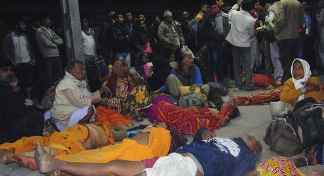 Peregrinos que participavam do maior festival religioso do mundo morrem durante tumulto em estação ferroviária