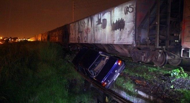 Acidente entre carro e trem em Pinhais deixa três pessoas feridas na madrugada desta segunda-feira (11)