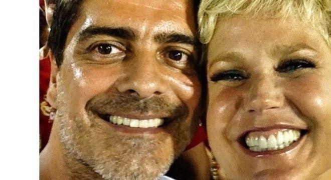 Junno Andrade e Xuxa curtiram juntinhos o primeiro dia de desfiles na Sapucaí