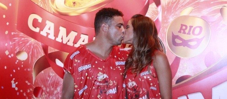 Ronaldo e Paula Morais curtem segundo dia de desfiles no Rio de Janeiro em clima de romance