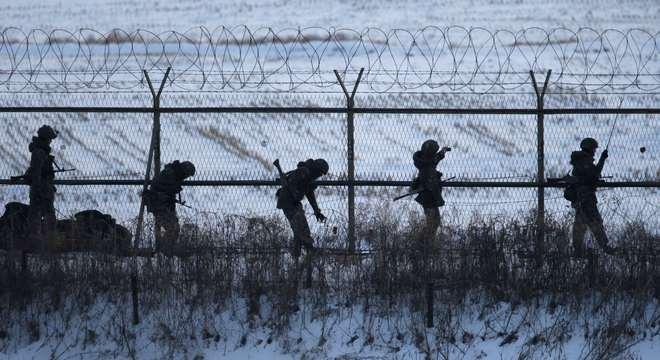 Soldados da Coreia do Sul patrulham fronteira: teste nuclear aumenta tensão entre vizinhos asiáticos