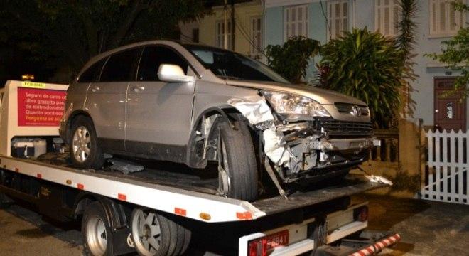 Bandidos são presos suspeitos de roubar um carro e bater em um muro, na região central de SP