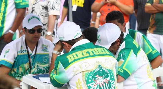 Integrantes da diretoria da Mancha Verde durante a apuração das escolas de samba de São Paulo