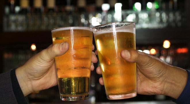 Beber álcool e dirigir em seguida é ilegal no Brasil e rende multa e até prisão