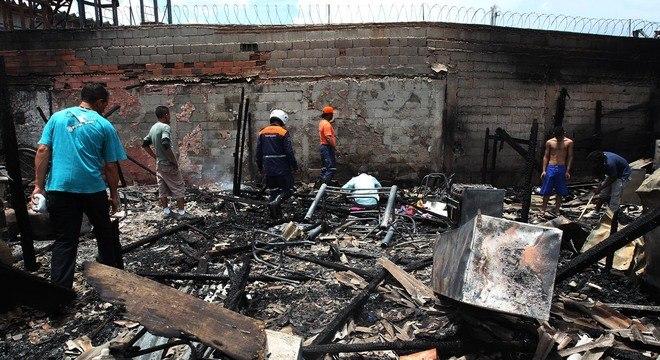 Dez barracos foram atingidos pelas chamas