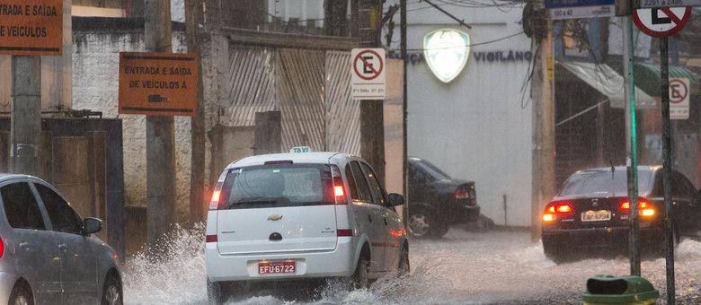 A avenida Jamaris, em Moema, alagou por causa da chuva que caiu na zona sul de São Paulo