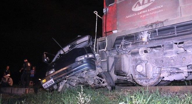 Homem ficou gravemente ferido em acidente entre trem e van, em Curitiba