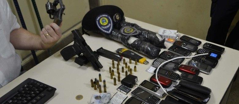 Com os suspeitos, foram encontradas armas, munições e bananas de dinamite