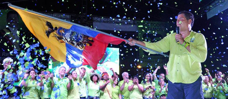 Correa segura a bandeira do Equador em seu último comício antes das eleições de domingo