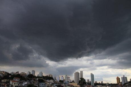 Nuvens carregadas sobre a zona norte de São Paulo, nesta quinta-feira
