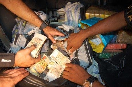 Polícia encontra drogas, veículos e R$ 200 mil na zona leste de São Paulo