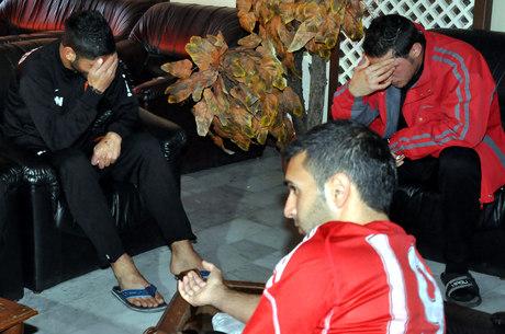 Fotografia divulgada pela agência oficial síria mostra jogadores do Al Wathba chorando após ataque que deixou um atleta morto