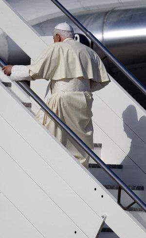 """""""O médico disse: atenção sobretudo com viagens. Ele insistia que o papa ficasse o mínimo necessário em aviões"""", revela jornalista italiano"""