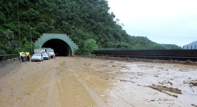 Rodovia dos Imigrantes ficou fechada por mais de 30 horas após deslizamento de terra