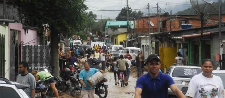 População contabiliza prejuízos após forte chuva na região de Cubatão, São Paulo