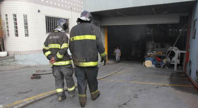 Bombeiros controlam incêndio em depósito, na zona leste de São Paulo na manhão deste domingo (24)