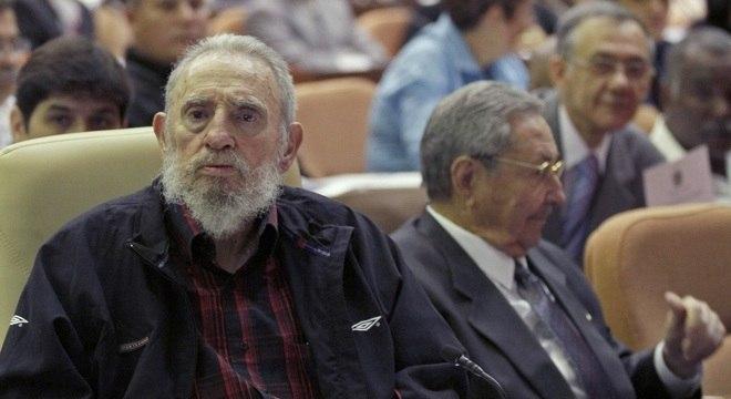 Fidel Castro (esq.), que reapareceu neste domingo (24), ao lado do seu irmão Raul Castro (dir.) na Assembleia Nacional em Havana, Cuba