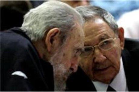 Raúl Castro, que foi reeleito neste domingo (24), ao lado do irmão Fidel Castro na Assembleia Nacional em Havana