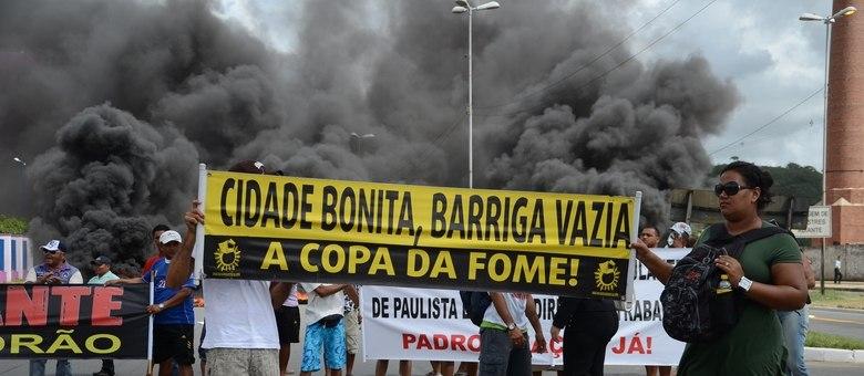 Ambulantes da cidade de Centro Paulista durante protesto na PE-15, em Pernambuco