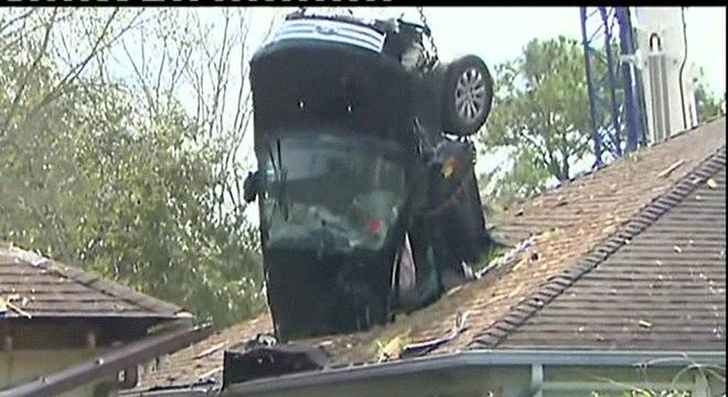 """Um motorista, que segundo a polícia dirigia em alta velocidade, perdeu o controle de seu carro e """"levantou voo"""" em uma irregularidade do terreno"""