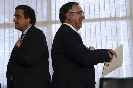 O ministro da Justiça, José Eduardo Cardozo, e o governador de Santa Catarina, João Raimundo Colombo, se reuniram para decidir ações de contenção da violência no Estado
