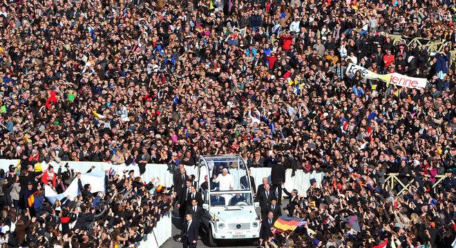 Aclamado pela multidão, o papa percorreu lentamente a Praça de São Pedro, a bordo do papamóvel e a pé