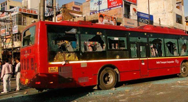 Ônibus ficou destruído após revolta em Nova Déli
