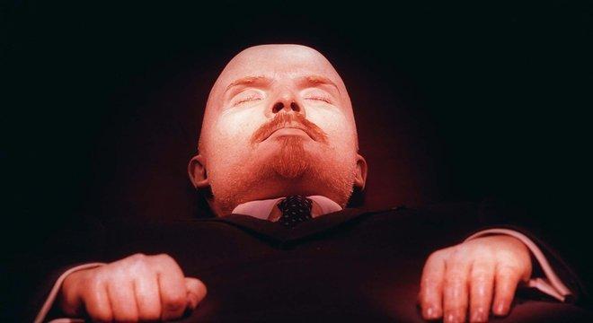 Lênin foi embalsamado logo após morrer, em janeiro de 1924. Desde então, seu corpo está exposto para visitação pública