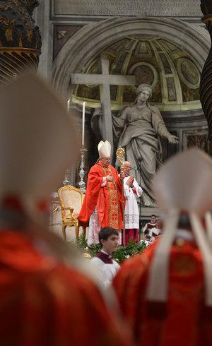 Os cardeais eleitores e milhares de fiéis acompanharam a missa