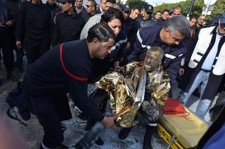 As pessoas que passavam pelo local se jogaram sobre o jovem para tentar apagar o fogo, mas não conseguiram evitar as queimaduras
