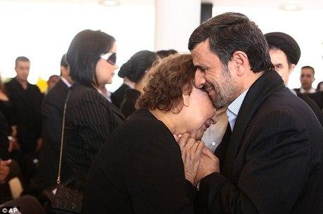 A foto que causou polêmica: pelos costumes islâmicos, Ahmadinejad jamais poderia ter tocado a mãe de Chávez