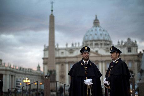 O fluxo de fiéis deve aumentar após o anúncio da escolha do novo papa