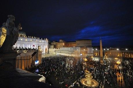 Curiosos esperaram o resultado da primeira votação do conclave em frente ao Vaticano, nesta terça-feira (12)