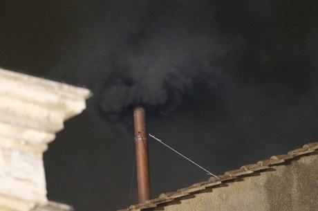Seguindo a tradição, a chaminé do conclave soltou uma fumaça preta, o que significa que um novo papa não foi escolhido
