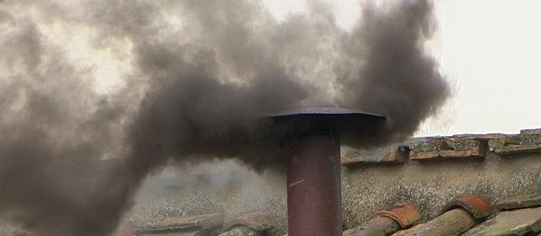 A primeira fumaça de hoje, de cor preta, foi expelida por volta das 11h40 (7h40 em Brasília)