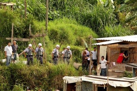 Famílias são retiradas de área de risco com apoio da Polícia Militar